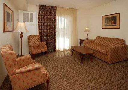 Comfort Inn Suites I 10 Airport 28 Pos 27 S